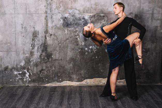 Mann, der frau während des leidenschaftlichen tanzes hält