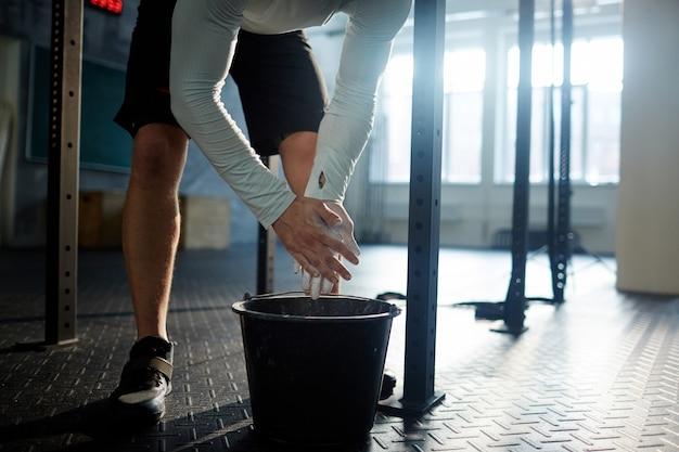 Mann, der für gewichtheben-training sich vorbereitet