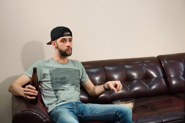 Mann, der fußball schaut, bier trinkt, fußballfan