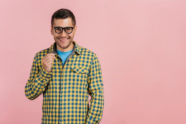 Mann, der gefälschte gläser mit kopienraum trägt