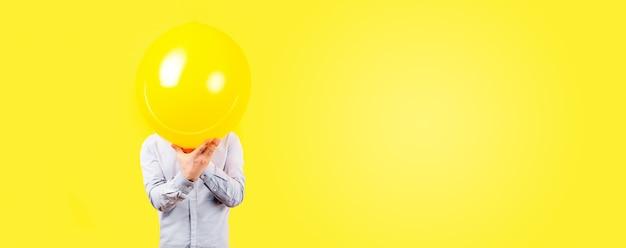 Mann, der gelben ballon hält