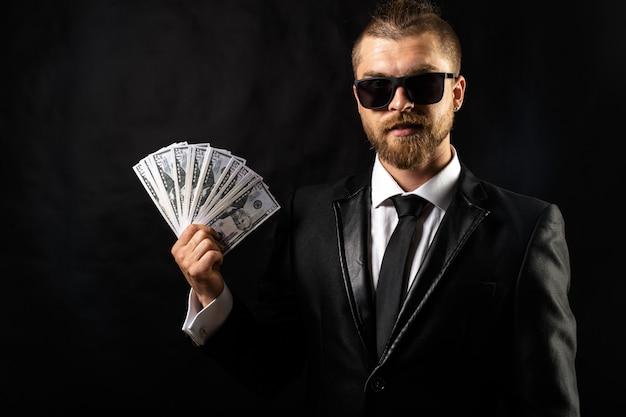 Mann, der geld in der hand hält
