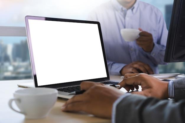 Mann der geschäftsmannhand, die an leerem weiß der laptop-computer arbeitet