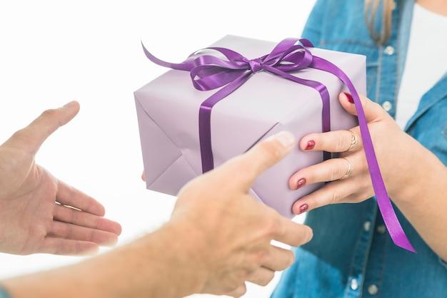 Mann, der geschenkbox von seiner freundin empfängt