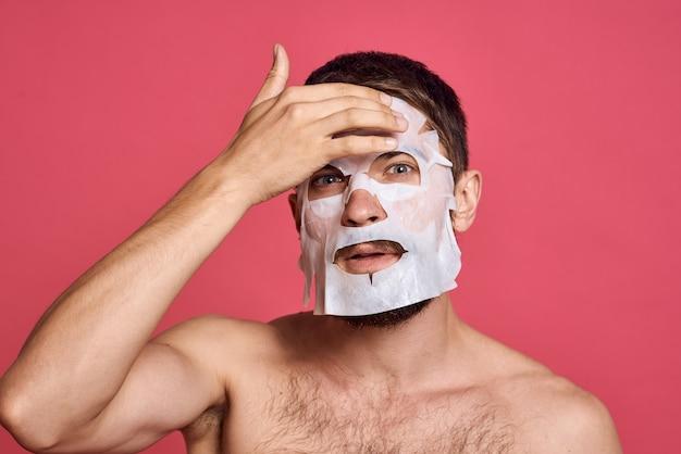 Mann, der gesichtshautpflegemaske für hydratation anwendet