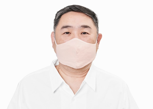 Mann, der gesichtsmaske wegen covid-19-schutz trägt