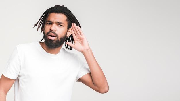 Mann, der gestikuliert, kann zeichen nicht hören