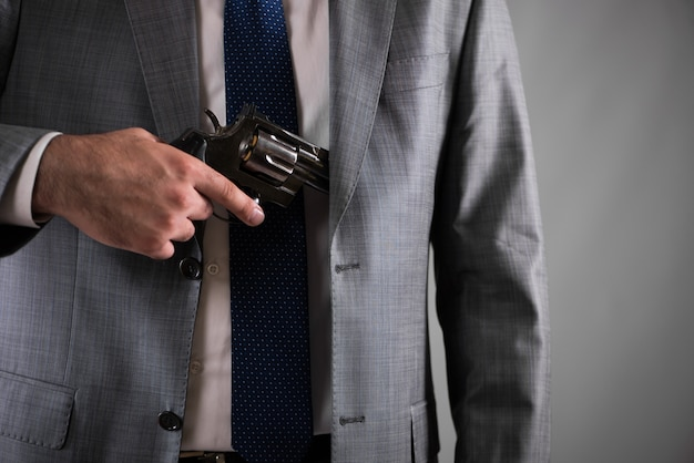 Mann, der gewehr von seiner tasche herauszieht