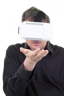 Mann, der glassturzhelm der virtuellen realität vr im weiß spielt