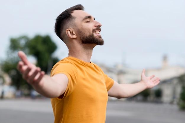 Mann, der glücklich ist, draußen zu sein