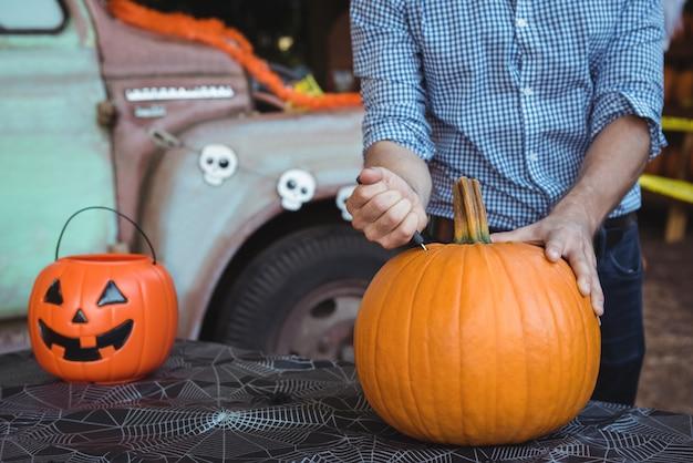 Mann, der halloween vorbereitet