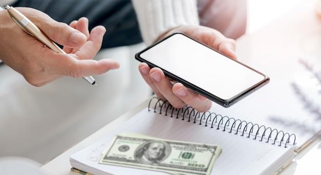Mann, der handy für online-transaktionen zu hause verwendet.