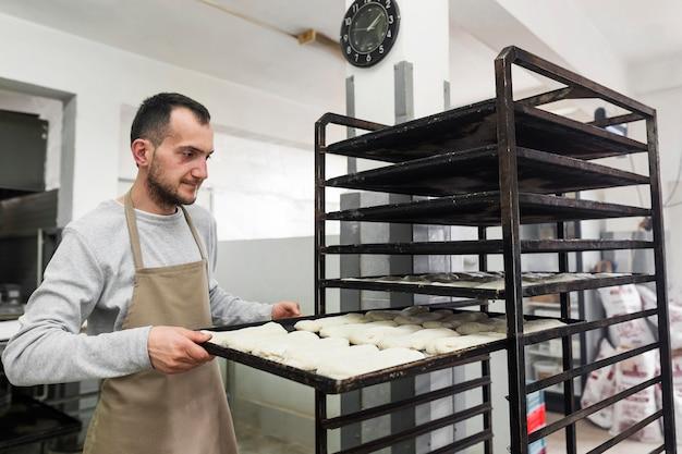Mann, der hart in einer bäckerei arbeitet