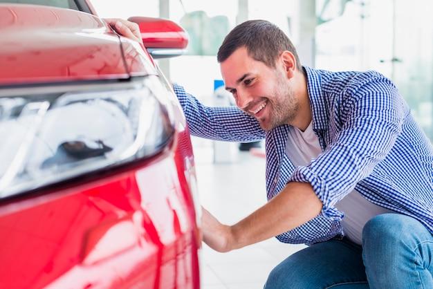 Mann, der heraus neues auto überprüft