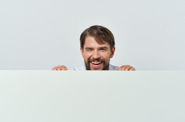 Mann, der hinter banner herausschaut