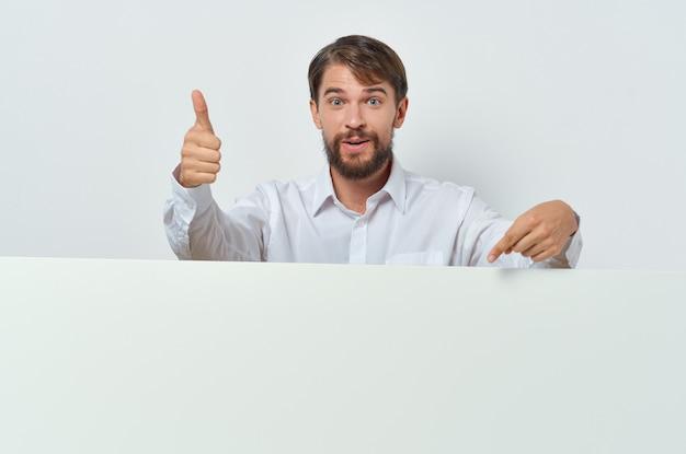Mann, der hinter dem hellen hintergrund des bannerwerbunglebensstils herausschaut. hochwertiges foto