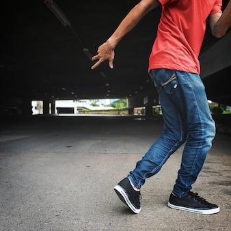 Mann, der hiphop-positions-konzept tanzt