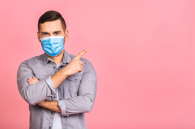 Mann, der hygienemaske trägt, um infektion zu verhindern, finger zeigend