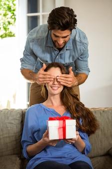 Mann, der ihrer frau ein überraschungsgeschenk gibt