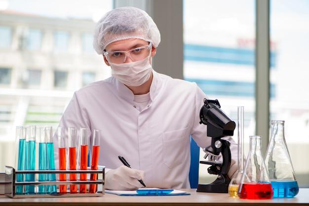 Mann, der im chemischen labor auf wissenschaftsprojekt arbeitet