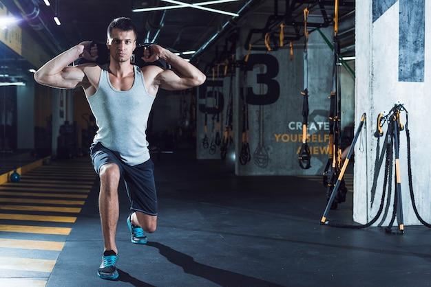 Mann, der im fitness-club trainiert