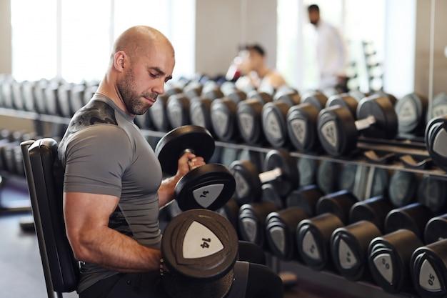 Mann, der im fitnessstudio trainiert