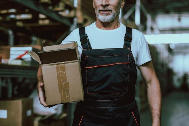 Mann, der im lager arbeitet. besetzter arbeiter im lagerhaus.