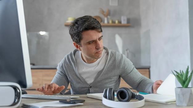 Mann, der im medienbereich mit personal computer arbeitet