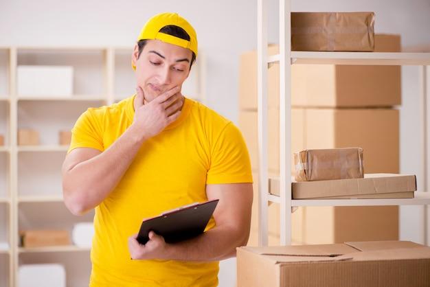 Mann, der im postpaket-zustelldienstbüro arbeitet