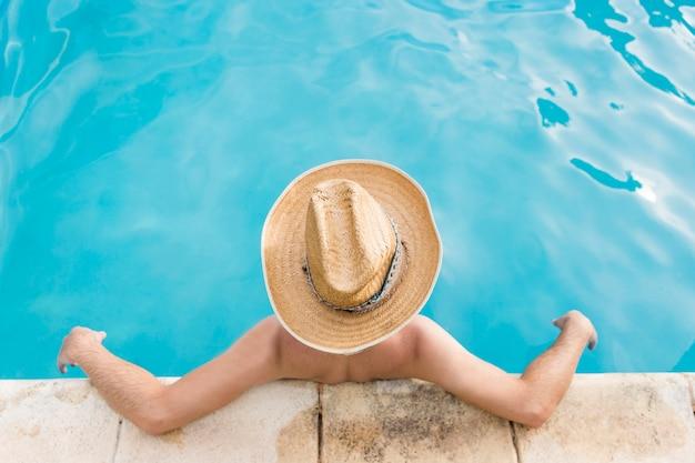 Mann, der im schwimmbad stillsteht