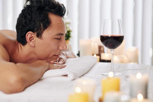 Mann, der im spa-salon entspannt