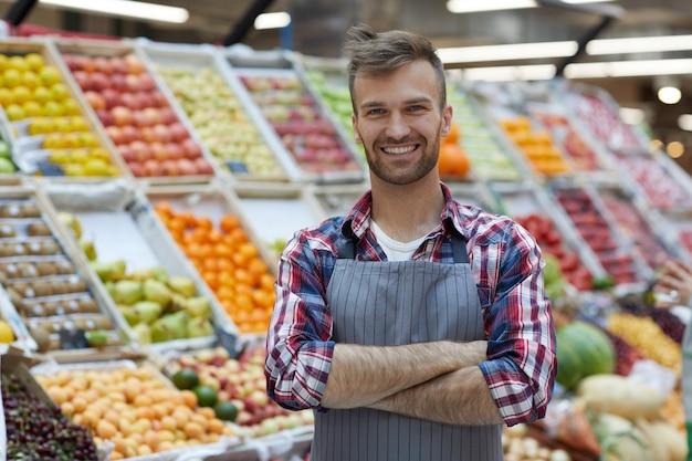 Mann, der im supermarkt arbeitet