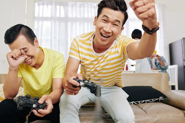 Mann, der im videospiel gewinnt