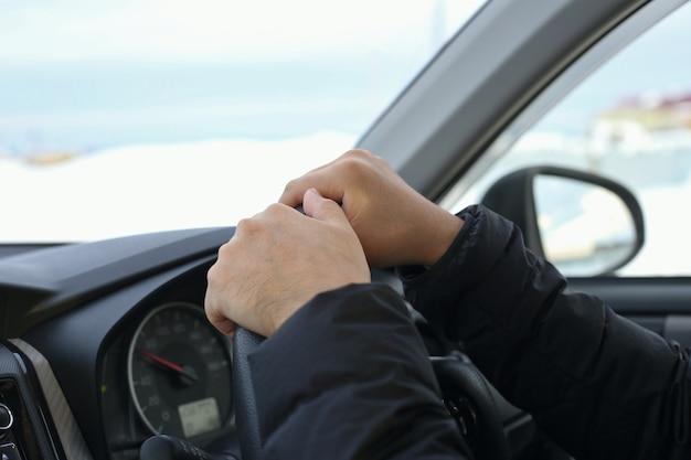 Mann, der im winter auto fährt
