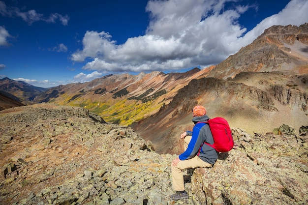 Mann, der in den rocky mountains, colorado in der herbstsaison wandert