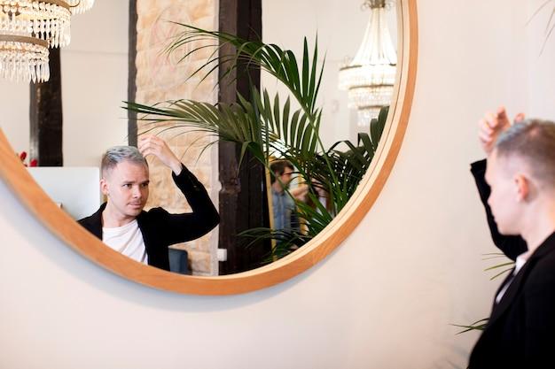 Mann, der in den spiegel schaut