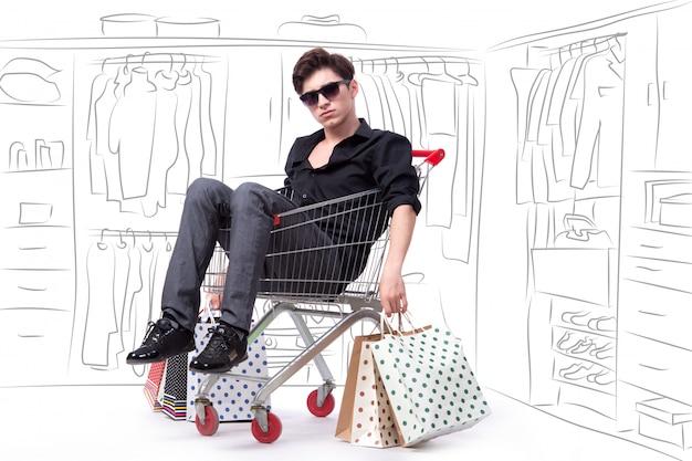 Mann, der in der einkaufslaufkatze mit der hand gezeichnet sitzt