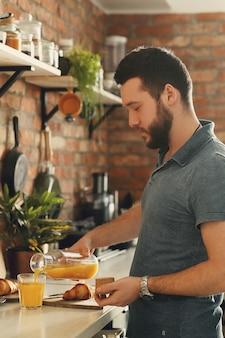 Mann, der in der küche kocht. frühstück morgen