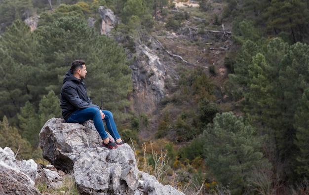 Mann, der in der natur wandert