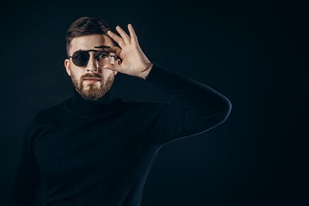 Mann, der in der schlagsonnenbrille aufwirft