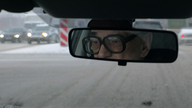 Mann, der in der winterstadt fährt