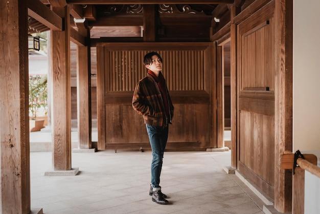 Mann, der in einem japanischen gebäude aufwirft