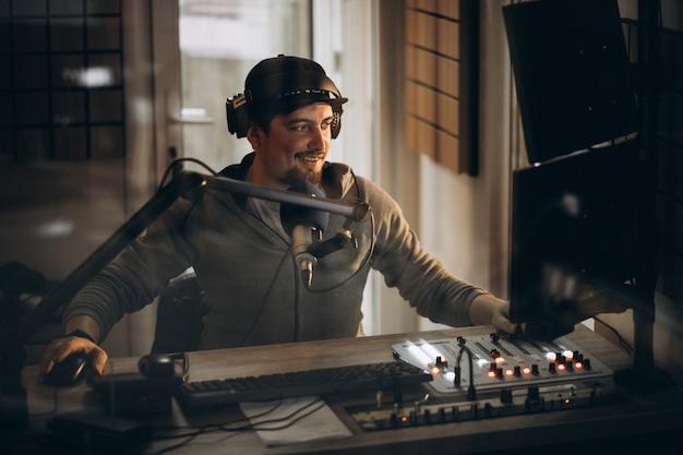 Mann, der in einem radiosender arbeitet