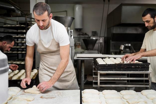 Mann, der in einer brotbäckerei arbeitet