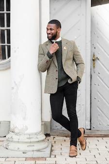 Mann, der in formellen kleidern aufwirft