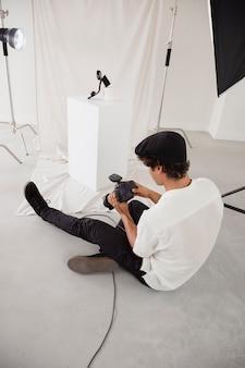 Mann, der in seinem fotostudio arbeitet