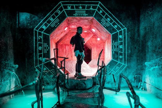 Mann, der innerhalb des tunnels steht