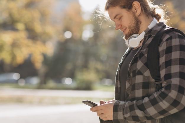 Mann, der intelligentes mobiltelefon verwendet.