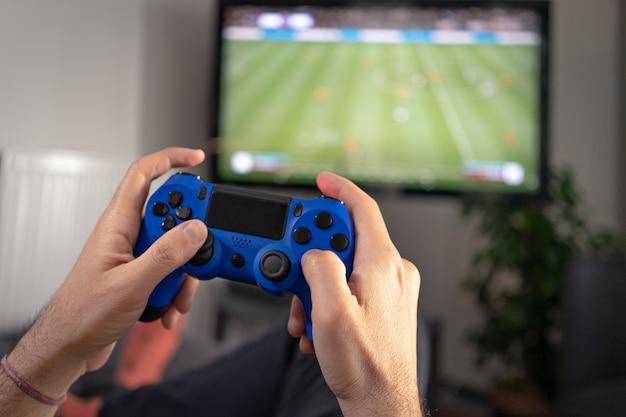 Mann, der joystick hält und ein videospiel zu hause spielt