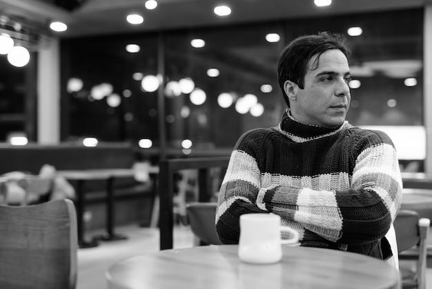 Mann, der kaffee im kaffeehaus trinkt